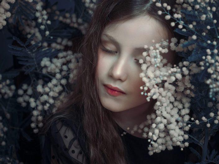 Valeria unter Blumen