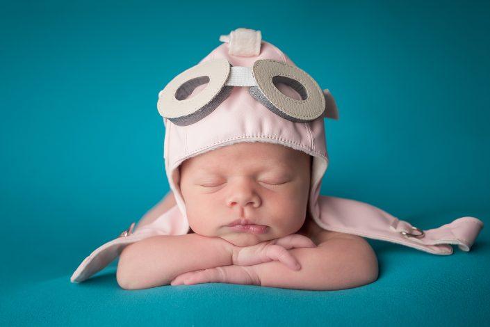 Baby mit Fliegermütze