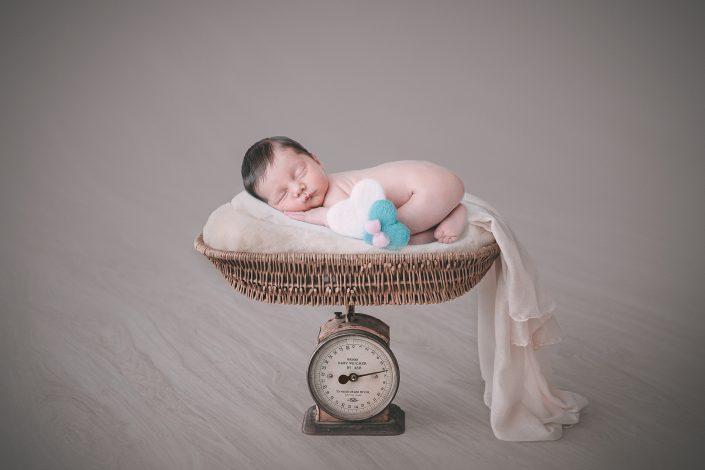 Schlafendes Baby auf Waage