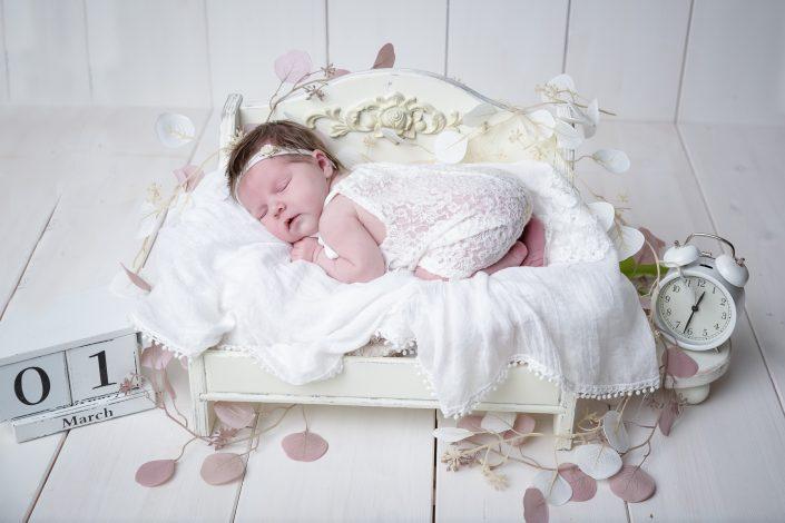 Baby auf weißem Bettchen